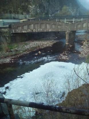 Strana schiuma nel fiume Chiese (Vobarno, Brescia)