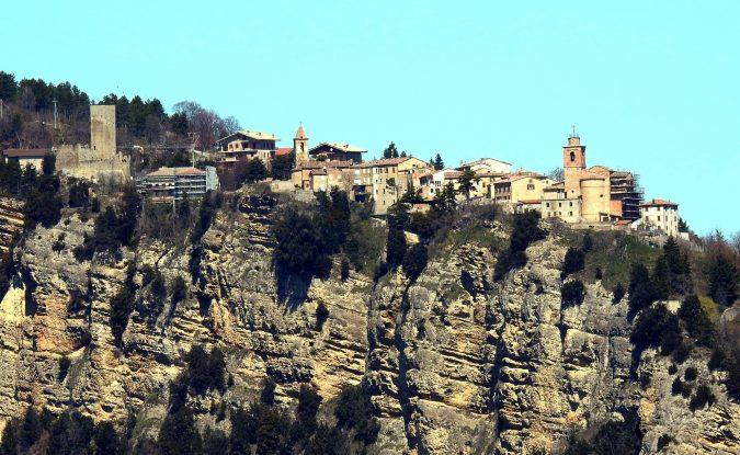 Uno dei luoghi più suggestivi delle Marche: il borgo sull'alta rupe [Foto]