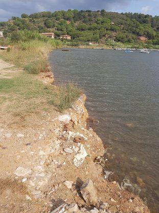 Una discarica affiora e inquina il mare del Parco Nazionale Arcipelago Toscano [FOTO]