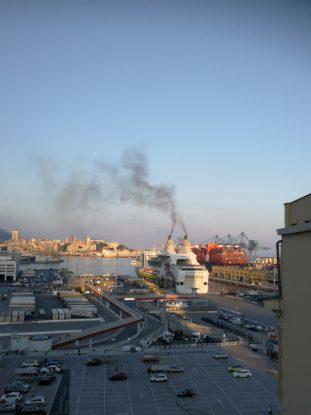 Grandi Navi a Genova: è normale che fumino tanto?