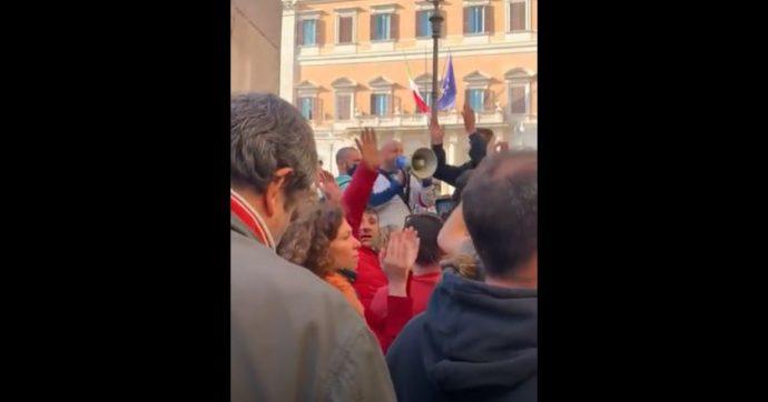 """#IoApro in piazza, la protesta a Montecitorio: """"Questa sera sotto la doccia pensatemi"""" [VIDEO]"""